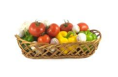 Blandade mogna grönsaker i vide- korg isolerade closeupen Arkivbilder