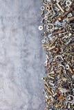 Blandade muttrar - och - bultar på metallbakgrund arkivfoto