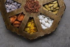 Blandade muttrar på en grå bakgrund i träask Sund mat och mellanmål Top beskådar arkivfoton