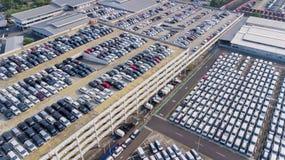 Blandade nya bilar som parkeras på porten Arkivbild