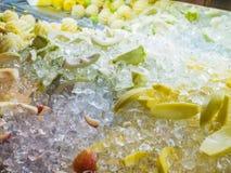 Blandade blandade nya frukter som är blandade med iskuben Royaltyfri Bild