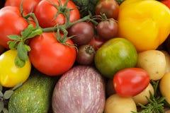 Blandade och blandade olika grönsaker som isoleras på vit backgr arkivfoton