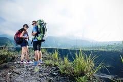 Blandade par går trekking tillsammans, naturbakgrund Royaltyfri Fotografi