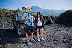 Blandade par med knapshack som är främst av en jeep, utomhus- aktivitet Arkivbilder