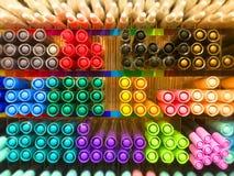 Blandade pennor med färgrik färg Royaltyfri Fotografi