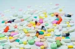 Blandade preventivpillerar och kapslar i medicin Royaltyfria Foton