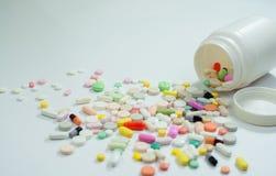 Blandade preventivpillerar och kapslar i medicin Fotografering för Bildbyråer