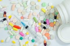 Blandade preventivpillerar och kapslar i medicin Royaltyfri Foto