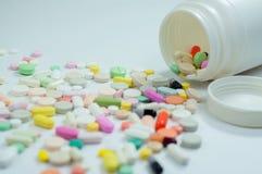 Blandade preventivpillerar och kapslar i medicin Royaltyfri Bild