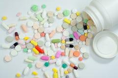 Blandade preventivpillerar och kapslar i medicin Arkivbilder