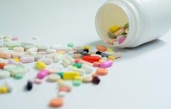 Blandade preventivpillerar och kapslar i medicin Arkivfoton