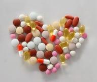 Blandade preventivpillerar på tabellen Arkivbilder