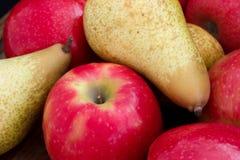 Blandade röda äpplen och päron Arkivfoto