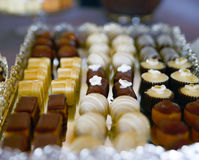 blandade sötsaker på partitabellen Arkivbilder