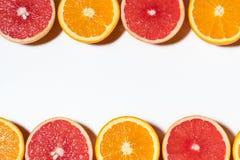 Blandade skivade frukter på vit bakgrund Royaltyfria Bilder