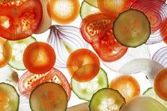 Blandade skivor av den nya tomaten, gurka, lök, morot Royaltyfri Fotografi