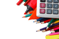 Blandade skolatillförsel, inklusive pennor, blyertspennor, sax, lim och en linjal, på en vit bakgrund royaltyfri foto