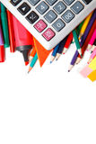 Blandade skolatillförsel, inklusive pennor, blyertspennor, sax, lim och en linjal, på en vit bakgrund arkivbilder