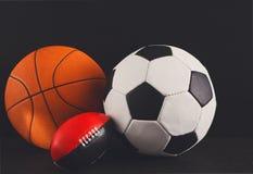 Blandade sportbollar på svart bakgrund Royaltyfri Bild