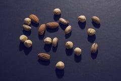Blandade tokiga mandlar och kaka Arkivfoto