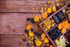 Blandade torkade frukter i träask Arkivbilder