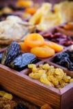 Blandade torkade frukter i träask Royaltyfri Foto