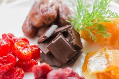 Blandade torkade frukter med choklad i rund form, Royaltyfria Foton