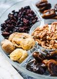 Blandade torkade frukter och muttrar på en glass platta close upp Royaltyfri Foto