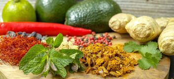 Blandade torkade kryddor, nya örter och grönsaker royaltyfri fotografi