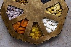 blandade träaskmuttrar Sund mat och mellanmål Top beskådar royaltyfria bilder