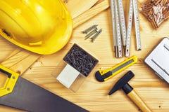 Blandade träverk- och snickeri- eller konstruktionshjälpmedel Arkivbild