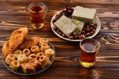 Blandade traditionella östliga efterrätter med te på träbakgrund fotografering för bildbyråer