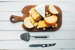 Blandade typer av ost och bestick Arkivfoto