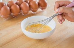 Blandande ägg för manlig hand i bunke Arkivbilder