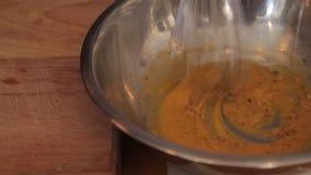 Blandande äggblandning med kryddor lager videofilmer