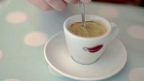 Blandande caffe på en stilfull pastellfärgad bakgrund i ultrarapid arkivfilmer