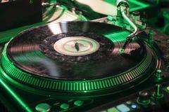 Blandande discjockey för skrapa för höftflygturmusik arkivbilder