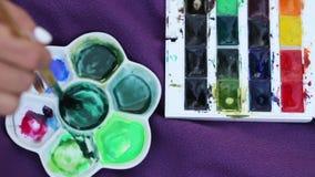 Blandande färger för Closeupborste i pallete stock video