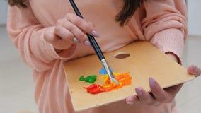 Blandande färger för kvinnlig konstnär tätt upp lager videofilmer