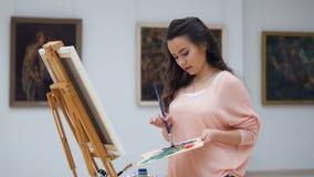 Blandande färger för målare för målningen 4K arkivfilmer