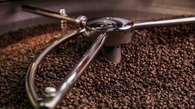 Blandande grillat kaffe stock video