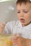 Blandande ingredienser för pojke i en bunke Arkivbild