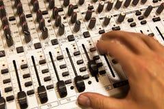 Blandande konsol för yrkesmässig ljudsignal med faders och justeraknoppar Royaltyfria Foton