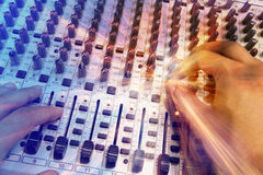 Blandande konsol för yrkesmässig ljudsignal med faders och justeraknoppar Arkivbilder