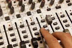 Blandande konsol för yrkesmässig ljudsignal med faders och justeraknoppar Royaltyfri Foto