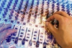 Blandande konsol för yrkesmässig ljudsignal med faders och justeraknoppar Arkivfoto