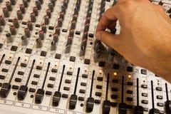 Blandande konsol för yrkesmässig ljudsignal med faders och justeraknoppar Arkivfoton