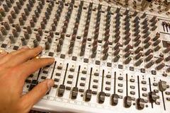 Blandande konsol för yrkesmässig ljudsignal med faders och justeraknoppar Royaltyfria Bilder