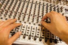 Blandande konsol för yrkesmässig ljudsignal med faders och justeraknoppar Arkivbild