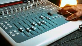 Blandande ljudsignal begreppsstudio för musik musik, teknologifolk och utrustningbegrepp - lycklig man på den blandande konsolen  lager videofilmer